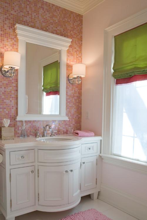azulejos del Baño color Rosado y muebles blancos