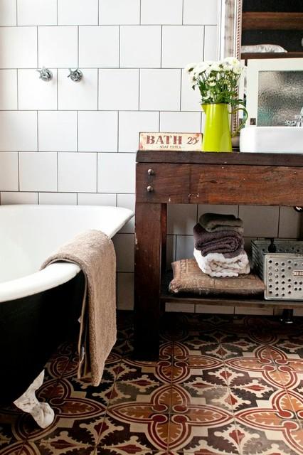 Foto di una stanza da bagno eclettica