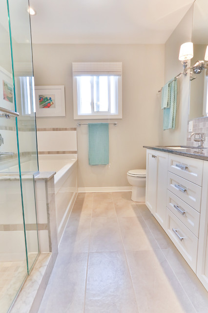 Example of a classic bathroom design in Ottawa