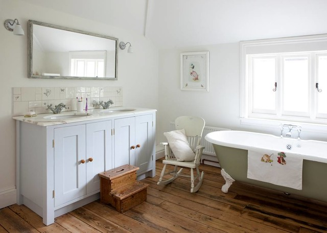 Inspiration For A Traditional Bathroom In Surrey With An Undermount Sink Shaker Cabinets White