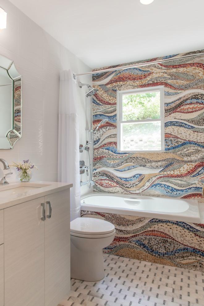 Diseño de cuarto de baño principal, actual, pequeño, con armarios con paneles lisos, puertas de armario beige, bañera encastrada, baldosas y/o azulejos multicolor, baldosas y/o azulejos en mosaico, suelo de mármol, lavabo bajoencimera, encimera de cuarzo compacto, suelo blanco, ducha con cortina, encimeras beige y combinación de ducha y bañera