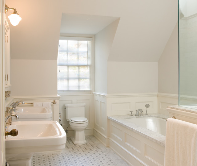 Example of a classic bathroom design in Toronto with a pedestal sink