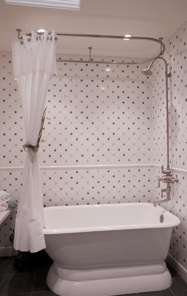 Ejemplo de cuarto de baño clásico con bañera exenta, combinación de ducha y bañera y baldosas y/o azulejos multicolor