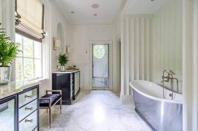 Diseño de cuarto de baño clásico con lavabo encastrado, armarios con paneles con relieve, puertas de armario beige, encimera de mármol, bañera exenta y baldosas y/o azulejos beige