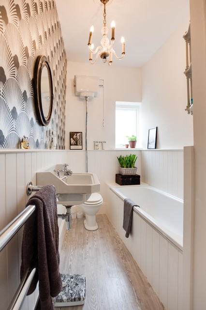 Traditional styling small city apartment victorian bathroom