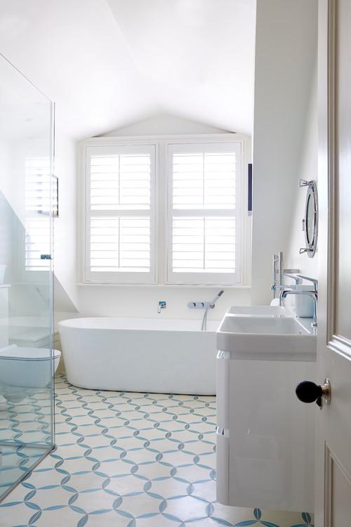 Le tout blanc dans la salle de bains