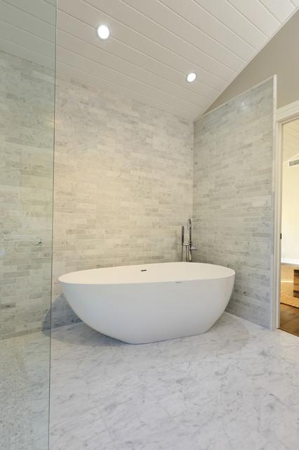 Cette image montre une salle de bain traditionnelle avec une baignoire indépendante et une douche à l'italienne.