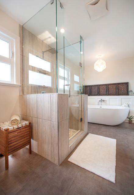 Ispirazione per una grande stanza da bagno padronale chic con vasca freestanding, doccia alcova, piastrelle beige, piastrelle in gres porcellanato, pareti beige, pavimento in gres porcellanato, pavimento marrone e porta doccia a battente
