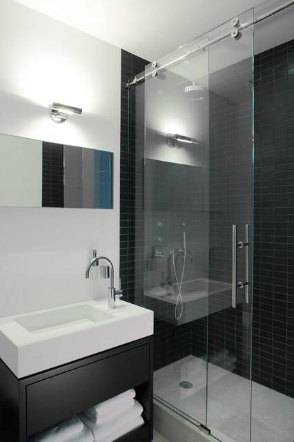 Idee per una stanza da bagno minimal con nessun'anta, doccia alcova, piastrelle nere, piastrelle in ceramica, lavabo integrato e ante nere