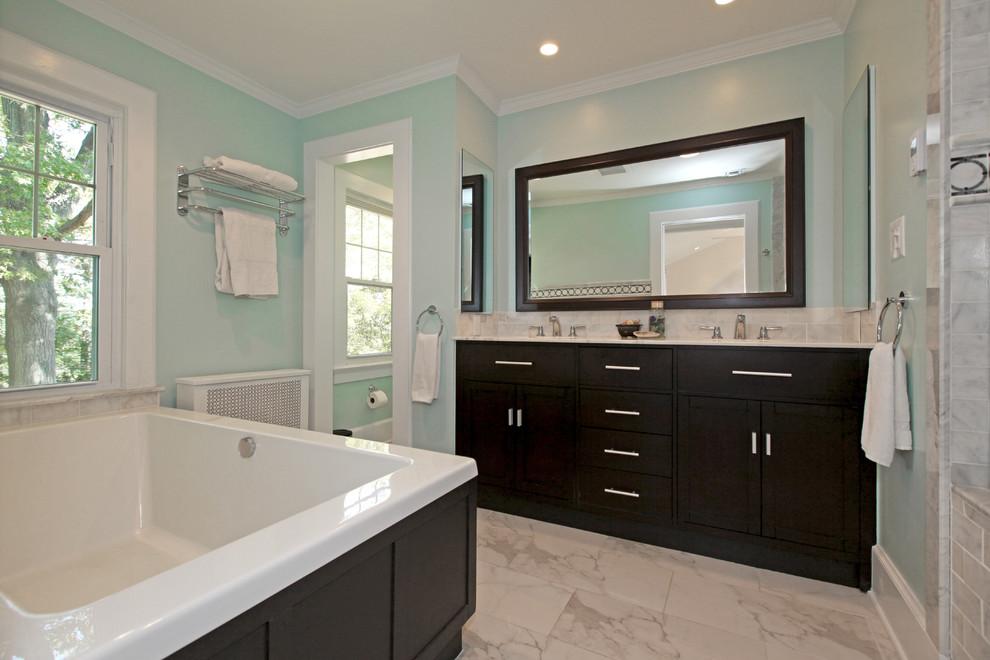 Ispirazione per una stanza da bagno contemporanea con ante in stile shaker, ante in legno bruno, piastrelle grigie e vasca da incasso
