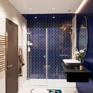 Salle de bain avec un carrelage bleu et un mur noir : Photos ...