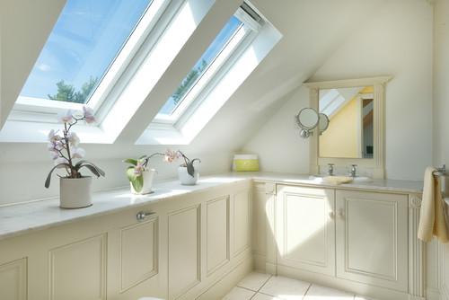 окна в крыше классической ванной