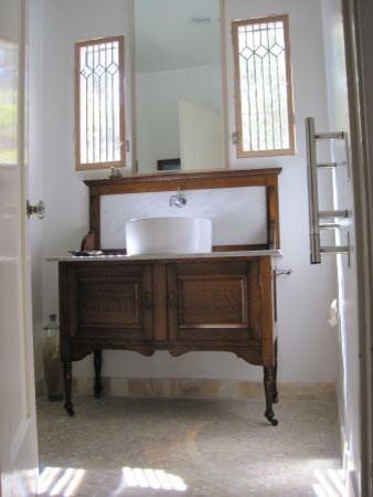 vintage farmhouse bathroom