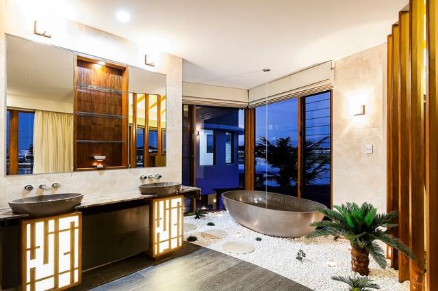Waterfront House - Pelican Waters tropical-bathroom