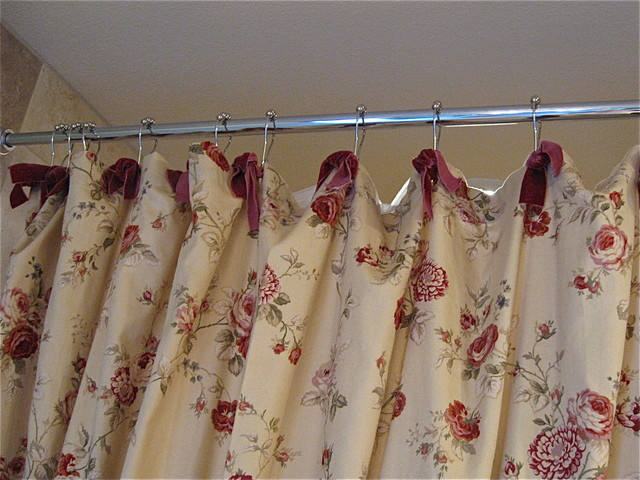 Exceptionnel Waverly Fabric Shower Curtain W/Red Velvet Ribbon Ties Traditional Bathroom