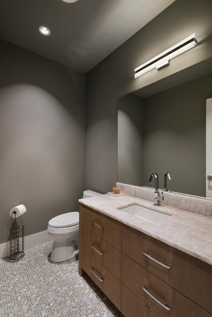 Idee per una stanza da bagno con doccia classica con ante lisce, ante marroni, WC a due pezzi, pareti grigie, pavimento in gres porcellanato, lavabo sottopiano, top in quarzite, pavimento beige, doccia aperta e top beige