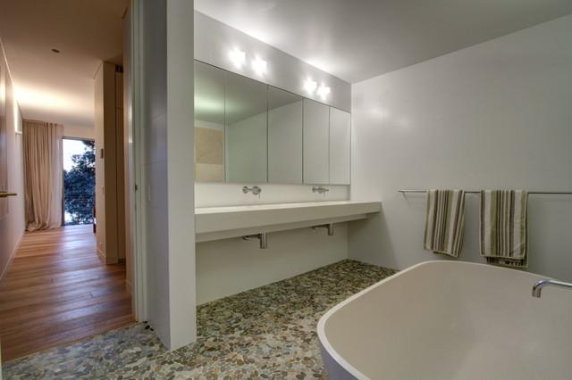 Woodford Bay House contemporary-bathroom