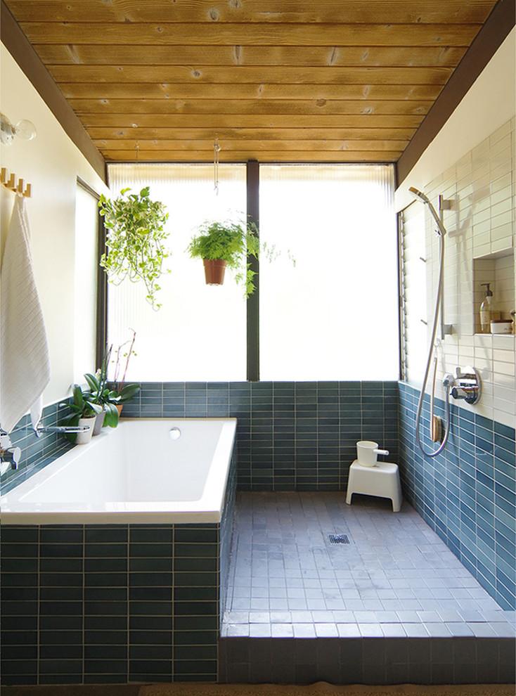 Esempio di una stanza da bagno tradizionale con vasca da incasso, doccia aperta, piastrelle blu, piastrelle bianche, piastrelle in ceramica e doccia aperta