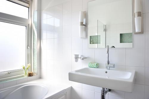 Dit is een hele mooie badkamer hoe groot zijn de witte tegels - Tegel witte glanzende badkamer ...