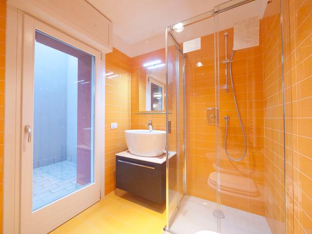 Yellow sunny bathroom moderno cuarto de ba o mil n - Cuarto bano moderno ...