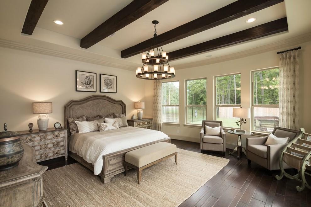 Imagen de dormitorio principal, mediterráneo, sin chimenea, con paredes beige, suelo de madera oscura y suelo marrón