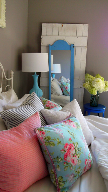 A City.Cottage eclectic bedroom