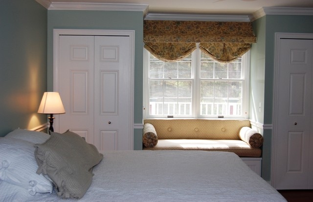 A2 Colonial traditional-bedroom