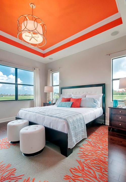 habitacion moderna con techo anaranjado