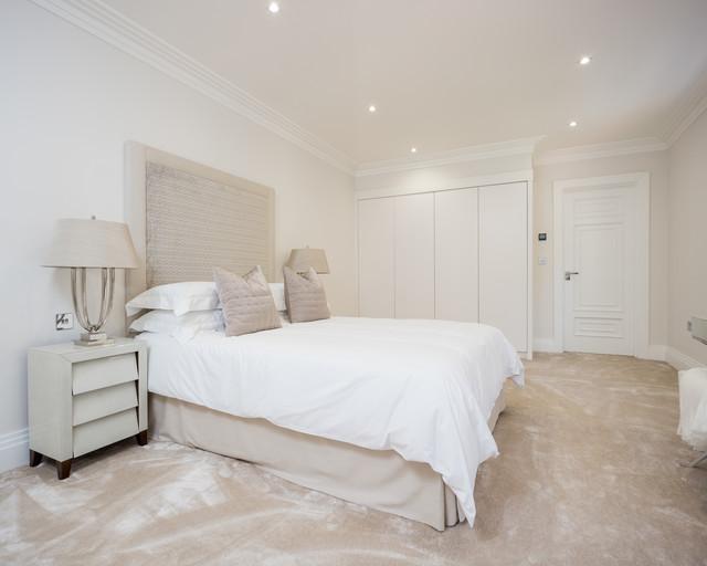 Diseño de dormitorio tradicional renovado, sin chimenea, con paredes beige y moqueta