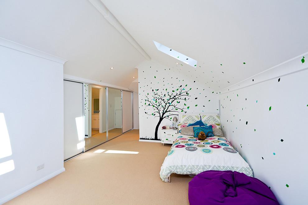 Выдающиеся фото от архитекторов и дизайнеров интерьера: спальня среднего размера в современном стиле с разноцветными стенами и ковровым покрытием
