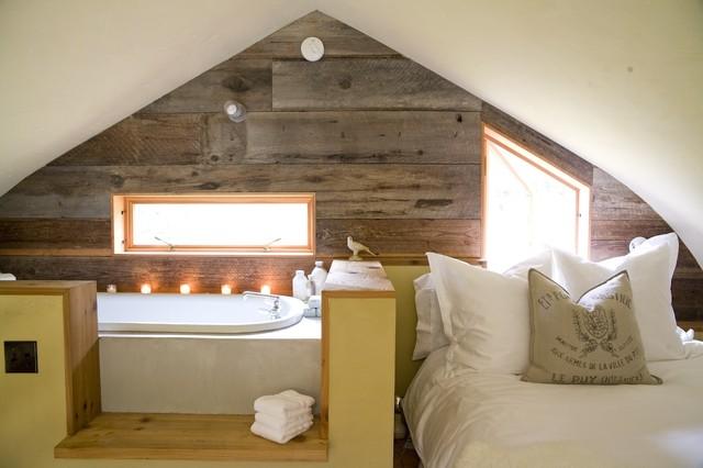 Exemple d'une petite chambre d'amis nature avec un mur blanc, aucune cheminée, un sol en bois brun et un sol marron.
