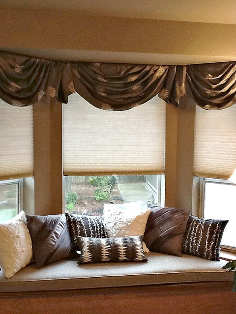 Bay window valances traditional bedroom seattle by for Habillage fenetre baie window