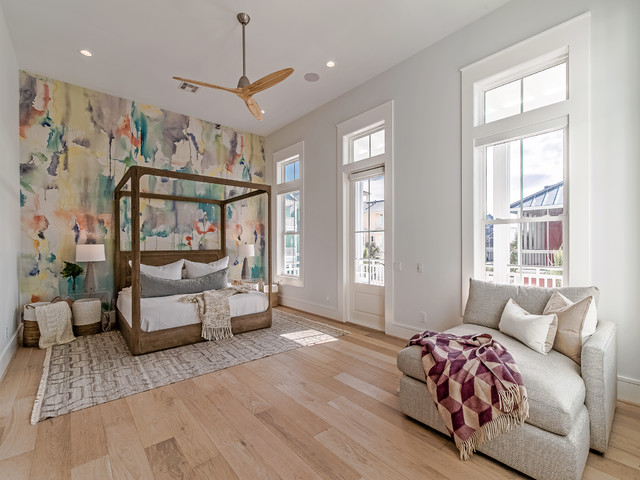 Idéer för maritima sovrum, med flerfärgade väggar och ljust trägolv