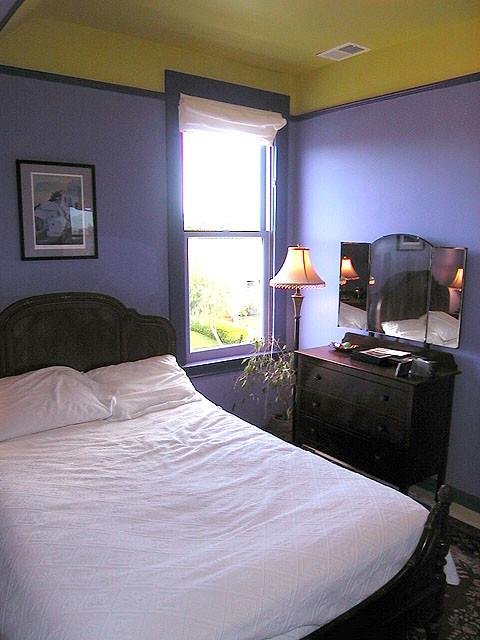Bedroom - farmhouse bedroom idea in San Francisco