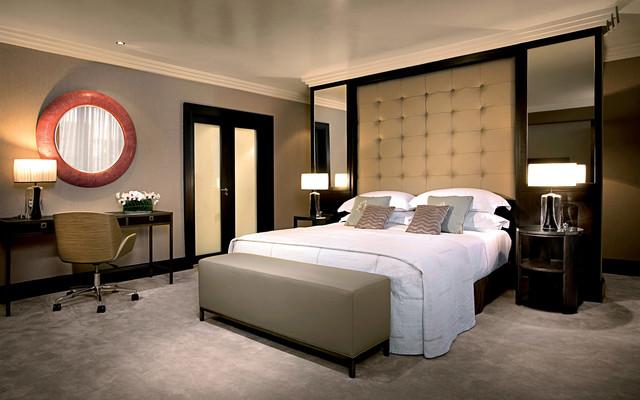 Esempio di una camera da letto contemporanea con pareti grigie, moquette e nessun camino