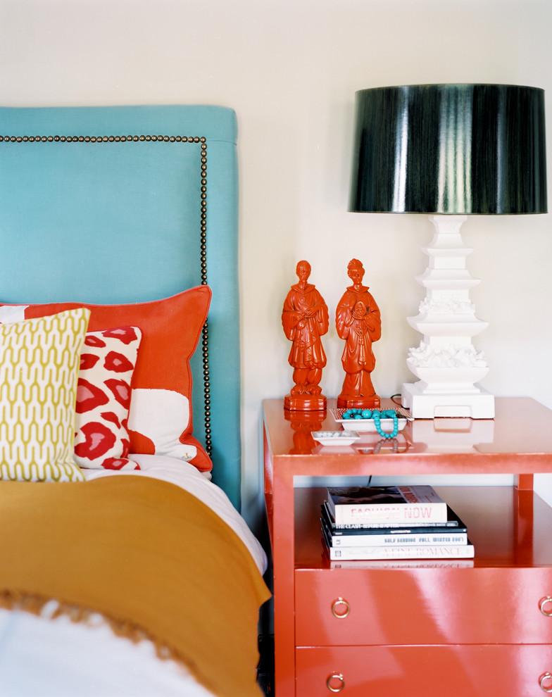 Cette photo montre une chambre éclectique avec un mur blanc.