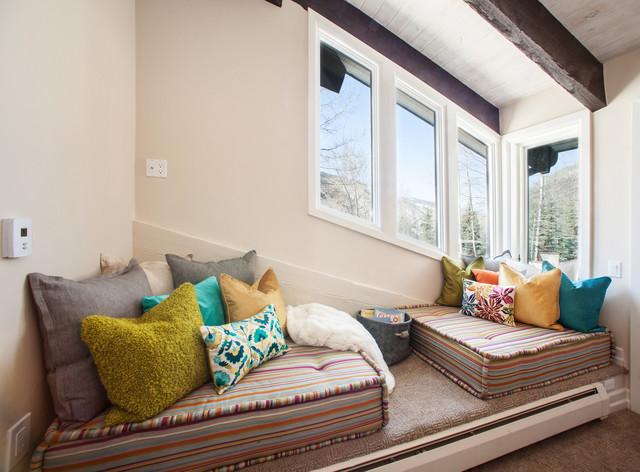Réalisation d'une chambre design avec un mur beige.