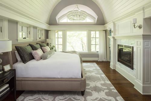 Спальня в доме светлая белая с камином