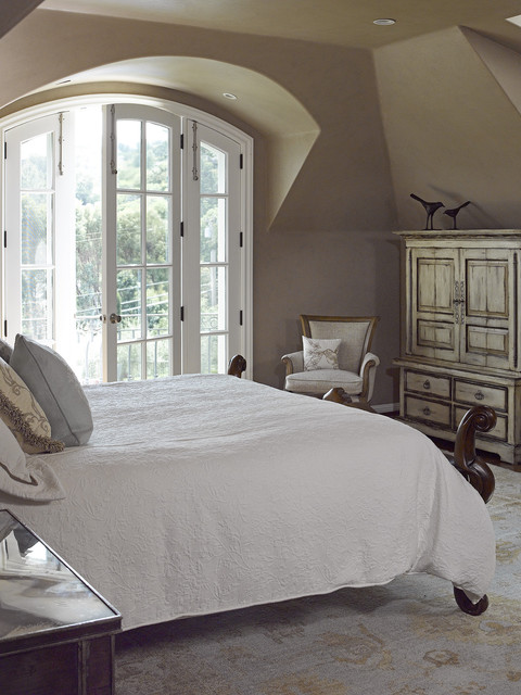 California Maison traditional bedroom