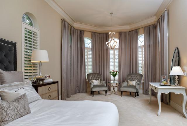 Foto di una grande camera matrimoniale contemporanea con pareti beige e moquette