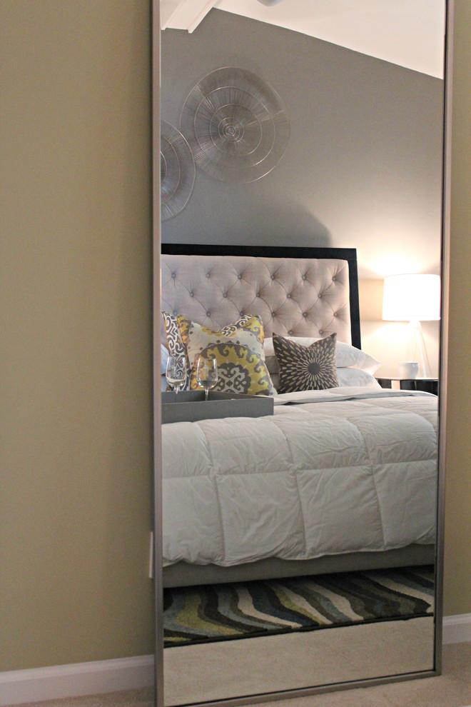 Ispirazione per una camera da letto contemporanea con pareti beige