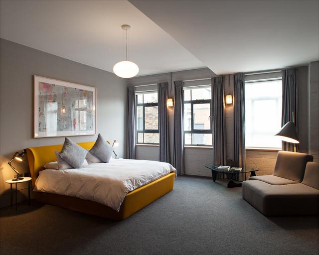 Foto de dormitorio principal, contemporáneo, de tamaño medio, con paredes grises, moqueta y suelo gris