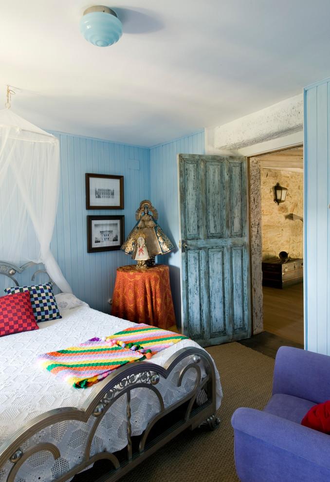 Modelo de dormitorio romántico con paredes azules