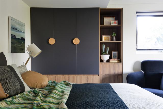 Modelo de dormitorio principal, contemporáneo, con paredes blancas