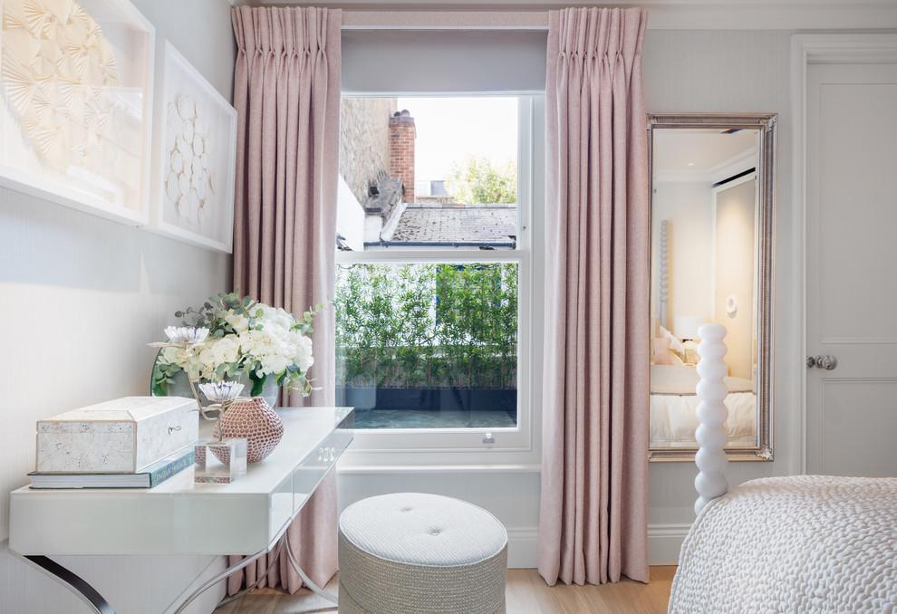 Esempio di una camera da letto chic di medie dimensioni con pareti grigie, parquet chiaro e pavimento marrone