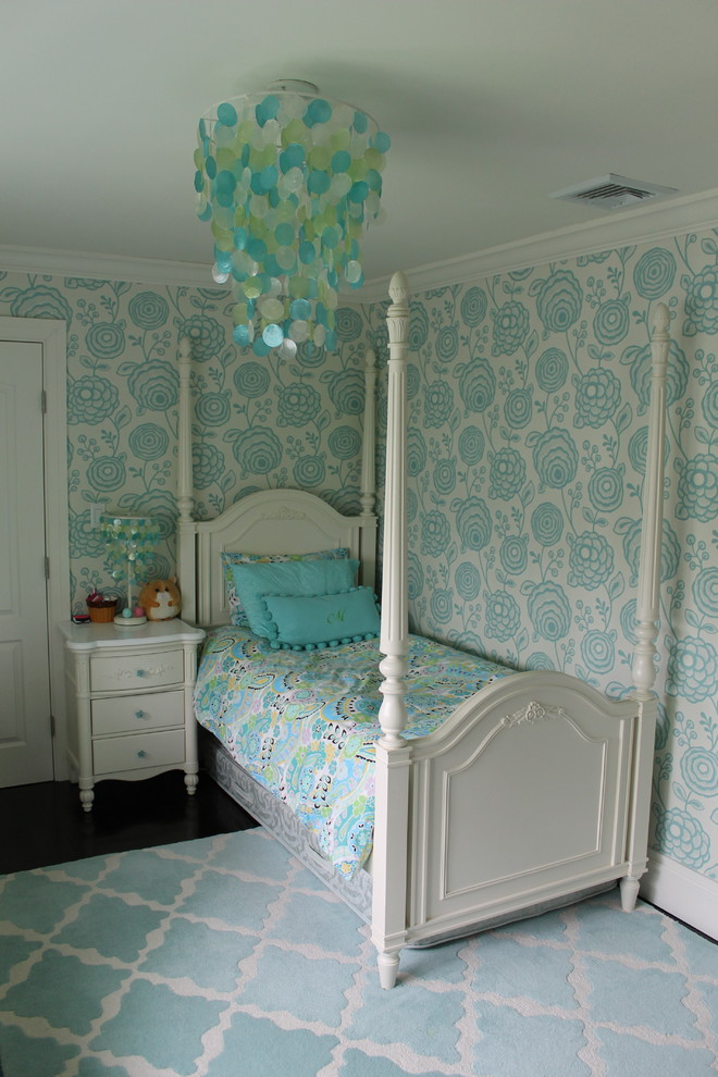 Inspiration for a mid-sized shabby-chic style guest carpeted bedroom remodel in New York with blue walls