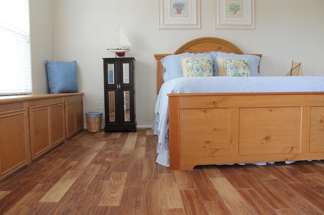 coastal bedrooms wood look tile maritim schlafzimmer. Black Bedroom Furniture Sets. Home Design Ideas