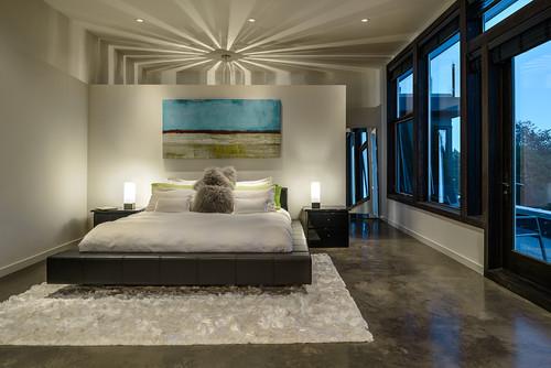 δερμάτινο κρεβάτι, λευκό χαλί, καφέ κομοδίνα