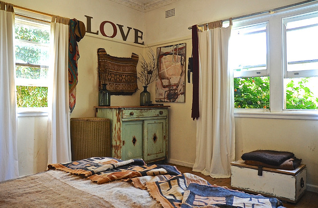 Cozy country meets bohemian abandon in this 1940s rural for Cozy country bedroom ideas