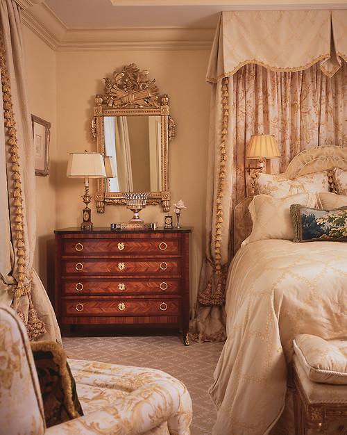 бежевая спальня с золотыми аксессуарами кровать с балдахином